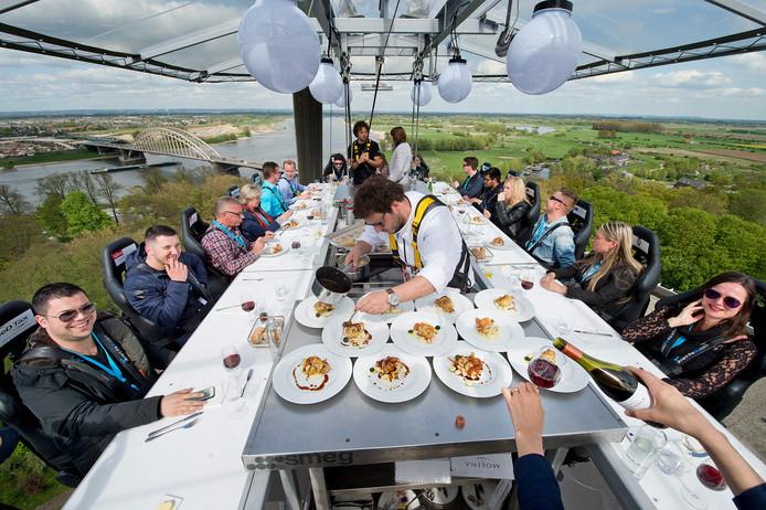 Een eerdere editie van Dinner in the Sky in Nijmegen.