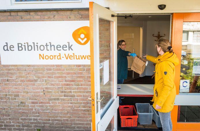 De afhaalbieb kende ze op de Noord-Veluwe al. Voor Bibliotheek Noordwest Veluwe is het een nieuwe stap. Zelf snuffelen tussen de boeken wordt daar uitgesteld tot juni. Op de Noord-Veluwe gaan de vestigingen 18 mei al open.