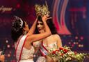 Mrs World Caroline Jurie verwijderde de kroon van het hoofd van de nieuwe Mrs Sri Lanka.