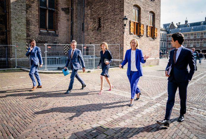 De formatie is een nieuwe fase  ingegaan. Na een eerste bespreking lopen 'onderhandelaars' Steven van Weyenberg (D66), Mark Harbers (VVD), Sophie Hermans (VVD), Sigrid Kaag (D66) en Rob Jetten (D66) over het Binnenhof.