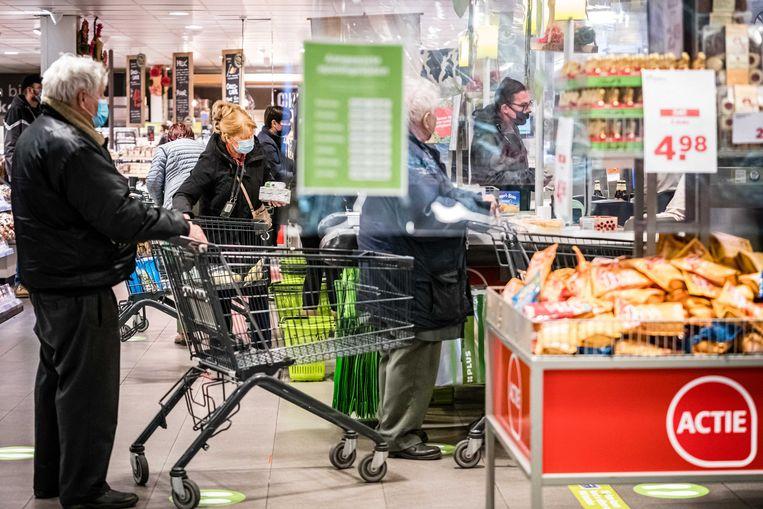 In een supermarkt in het Nederlandse Veldhoven wordt getest hoe klanten onderling afstand houden onder verschillende omstandigheden.  Beeld ANP