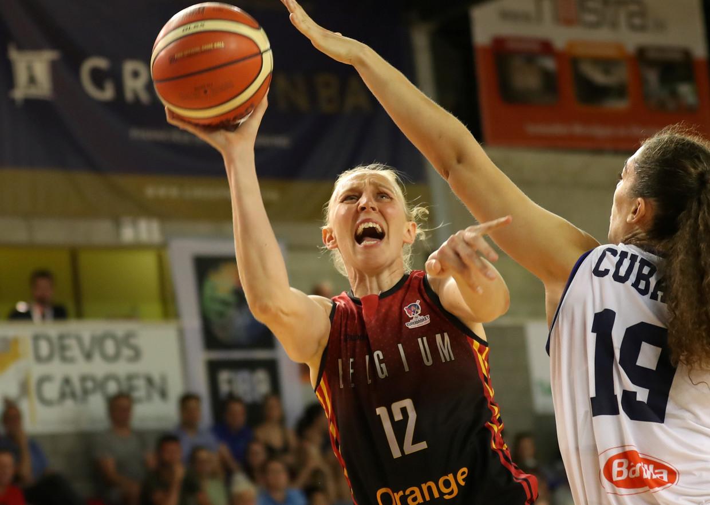 Ann Wauters vecht om de bal met de Italiaanse Cubaj tijdens een oefenmatch in Wevelgem. Beeld VDB