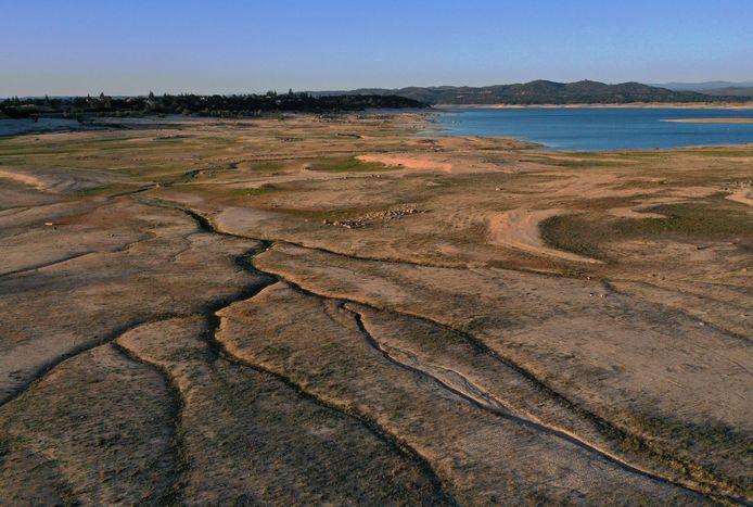 Het waterniveau staat erg laag in het Folsom Lake in Californië.