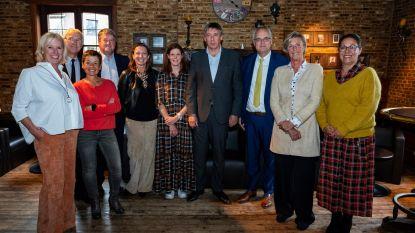 Wie krijgt de sjerp van Jan Jambon: Philip Cools, Adinda Van Gerven of een wit konijn ?