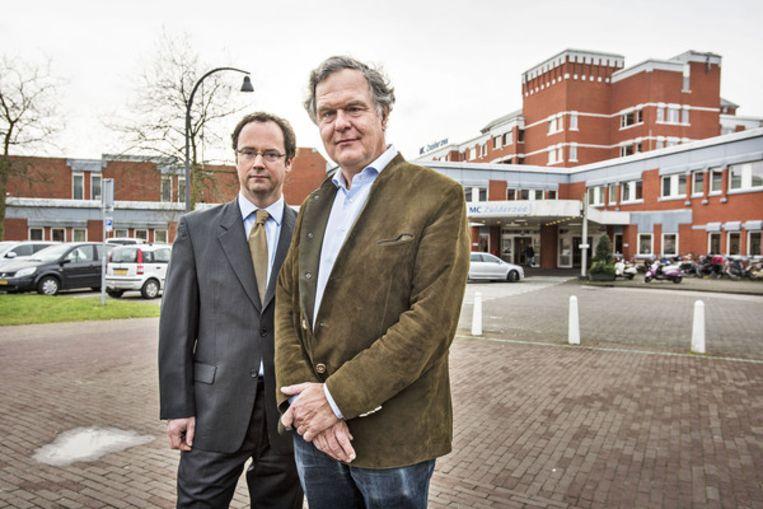 Loek de Winter (rechts) en Willem de Boer voor het Zuiderzeeziekenhuis. Beeld Guus Dubbelman