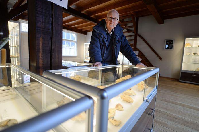 """Een groot deel van de fraaie vitrines is gevuld met vondsten uit de inmiddels ruim vijftig jaar oude Staringgroeve in de wijk Hoge Es. """"Nu alleen nog wachten tot we eindelijk open kunnen"""", aldus Jan Poorthuis."""