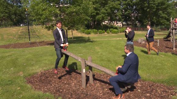 Vlaams ministers Benjamin Dalle en Bart Somers op de wip in Ganshoren.