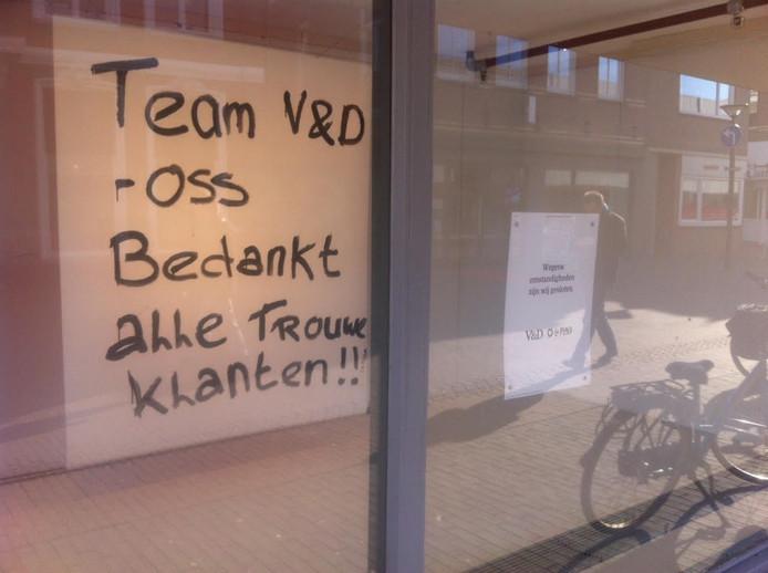 V&D-medewerkers in Oss met hun bedankje aan trouwe klanten.