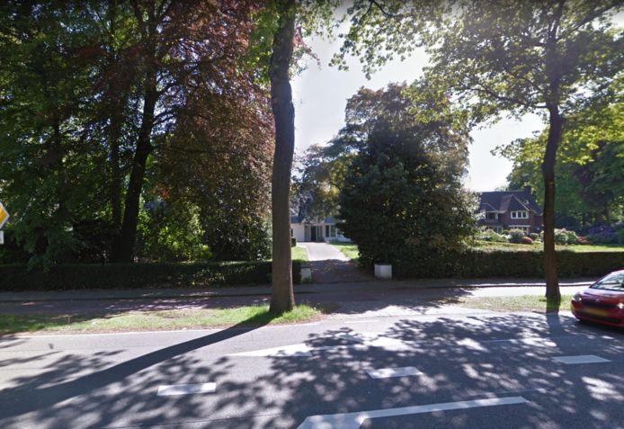 Ook de witte villa achter het groen gaat tegen de grond. Rechts het landhuis van Guus Meeuwis dat al is gesloopt.