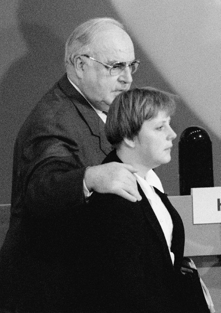 Angela Merkel met Helmut Kohl in november 1994. (Foto uit het boek Angela Merkel. De kanselier en haar tijd) Beeld picture alliance / Tim Brakemeie