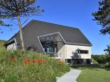 Robuust op een weelderig duin: deze woning in Domburg is het mooiste nieuwe gebouw