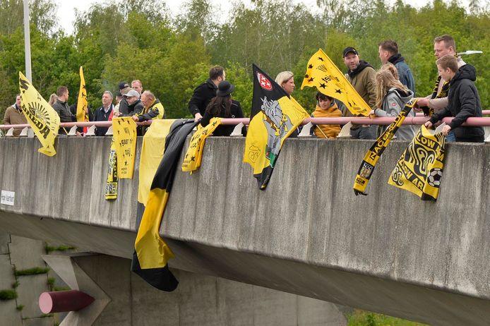 NAC supporters op een viaduct boven de A58 Etten-Leur