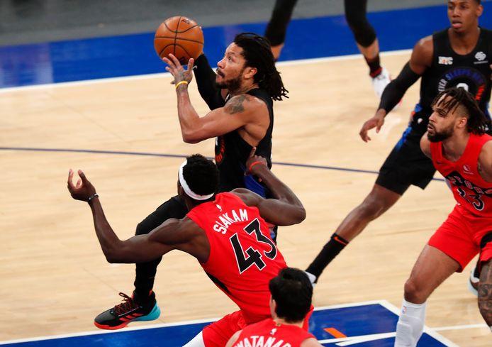 New York Knicks guard Derrick Rose (4) aan de bal.