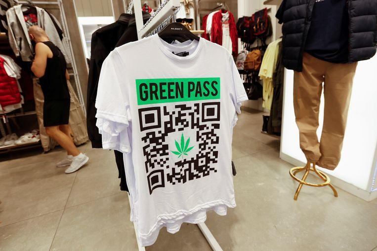 De 'green pass' is ook al mode in Rome. Beeld REUTERS