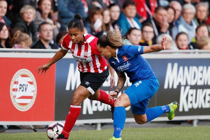 PSV-verdedigster Dominique Bond Flasza (l).
