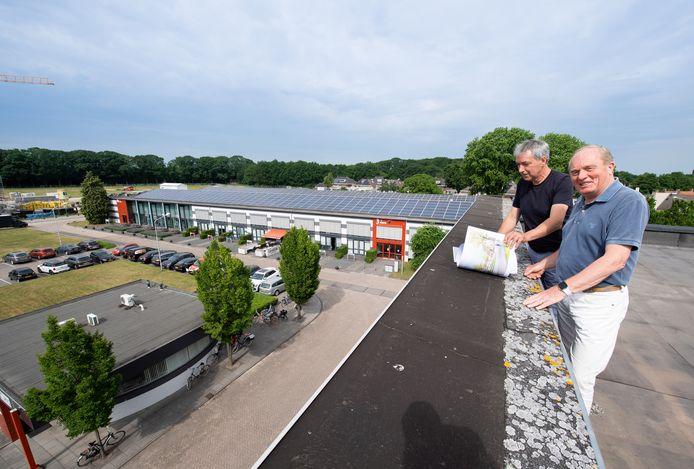 Terreineigenaar Arthur Robbesom (links) en Han Nieuwesteeg op het dak van De Gekroonde Bel. De voormalige gloeilampenfabriek Volt (midden) krijgt een doorsteek naar het achterterrein.