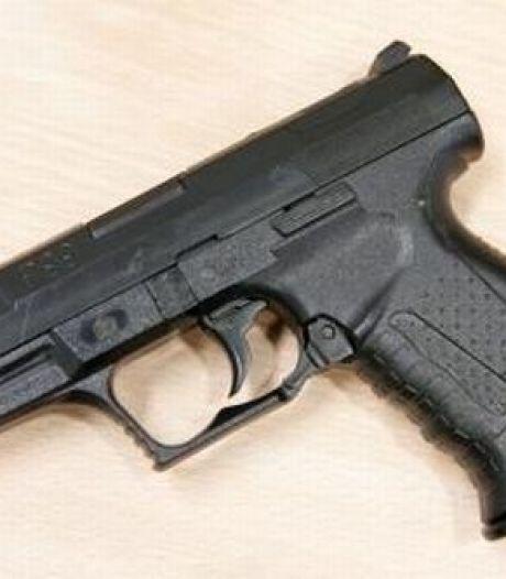 Duo met mes en alarmpistool aangehouden in Breda