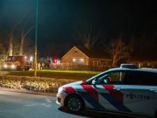 Brand op gekraakte boerderij in Baarn, brandweer voorkomt dat vuur overslaat