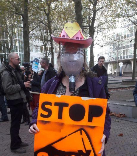 Actievoerders dragen 'gasmasker' tegen GenX