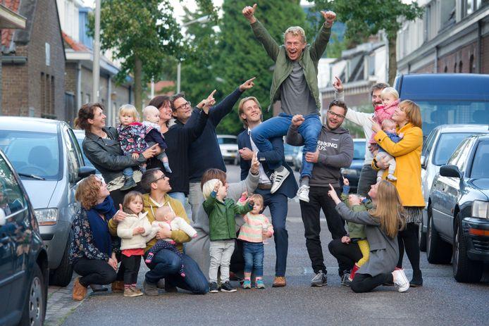 Radboud Veldman wordt op de schouders genomen door zijn buurtgenoten omdat hij is verkozen tot Gouden Buur van Gelderland.