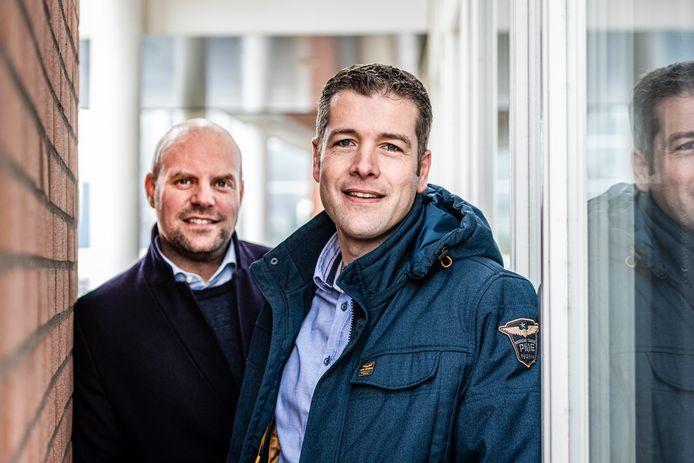 Bart (L) & Michel van PFM testen een 'verkeerstelsensor' (Telraam) uit België