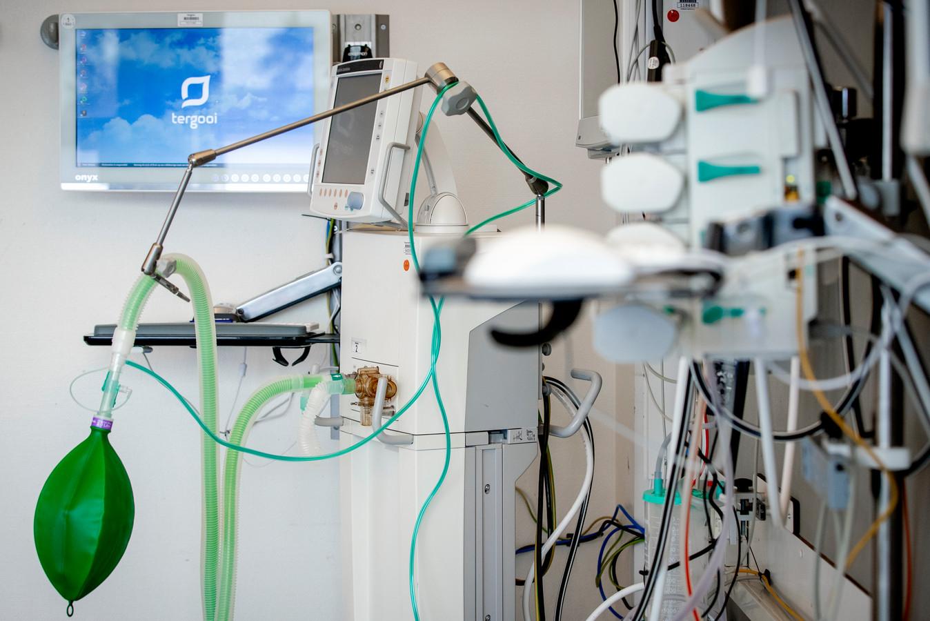 Een beademingsapparaat in een extra intensive care kamer.