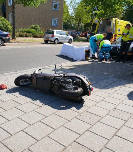 Scooterrijder gewond bij botsing met auto in Hengelo