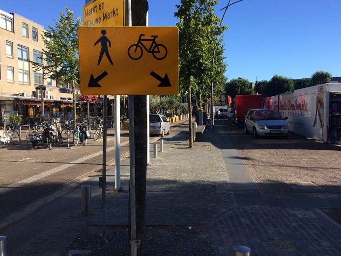 Ondanks deze bordjes is de situatie op de Markt in Uden nog een rommeltje, constateren D66 en PvdA. De partijen willen een oplossing voor de onveilige situatie, met name op maandag tijdens de warenmarkt.