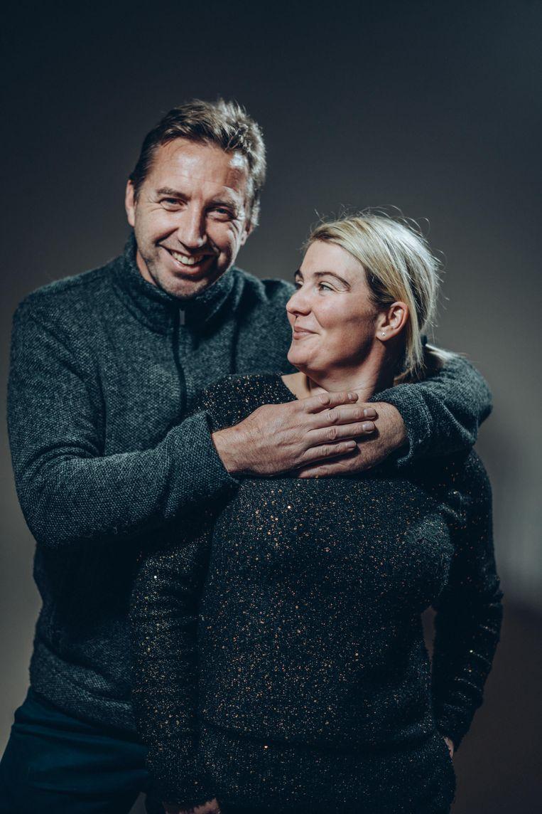 Peter Desmet (49) en Angelique Denijs (34). Voor haar ouders was de relatie even slikken, 'maar nu gaan Peter en mijn vader samen op café'.  Beeld Thomas Sweertvaegher