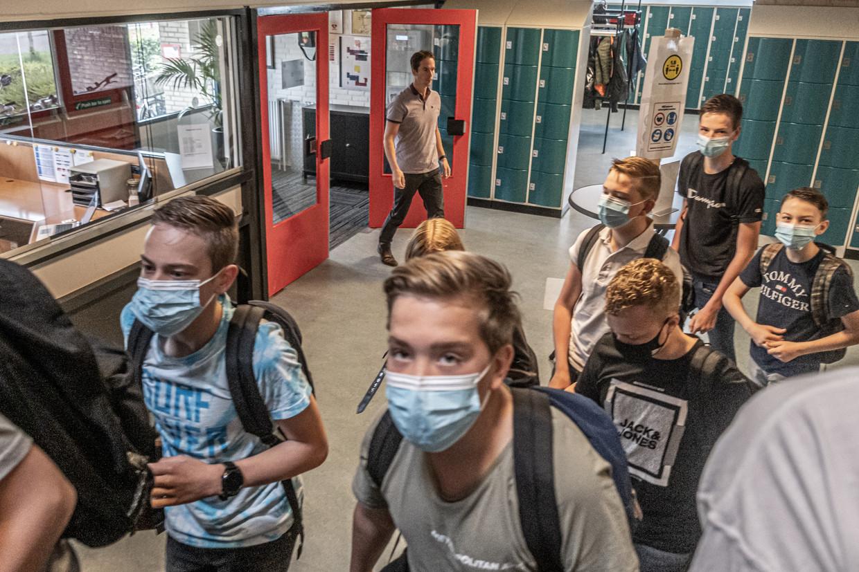 Mondkapjes blijven voor scholieren op de gang verplicht. Beeld Joris van Gennip