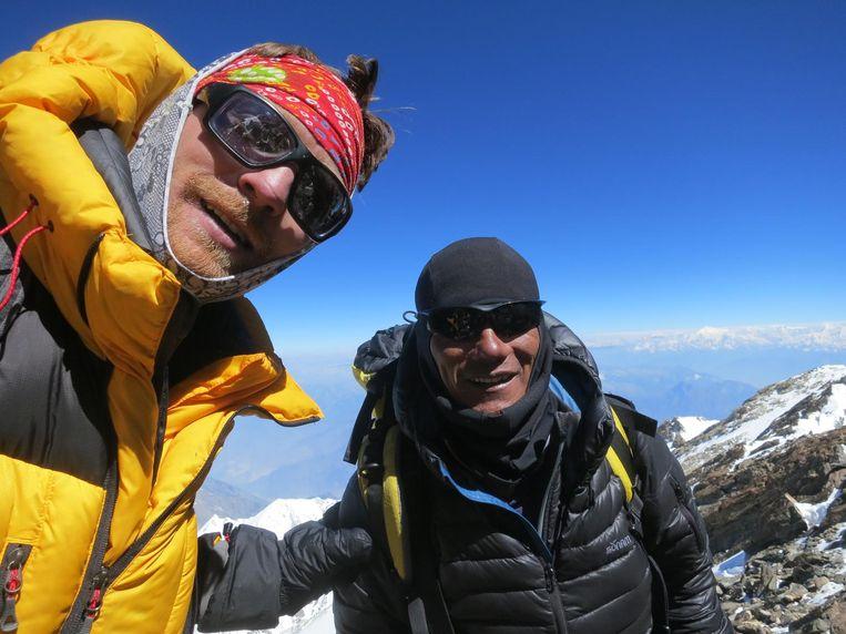Niels en z'n klimkompaan Ali Riza vlak voor ze de top bereiken.