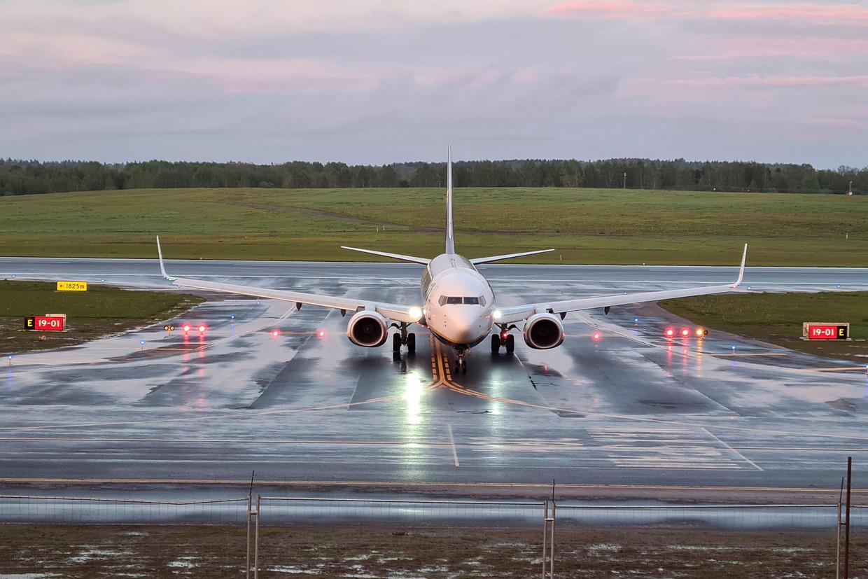 Het Ryanair-vliegtuig op het vliegveld van Vilnius op 23 mei 2021. Eerder op de dag werd het toestel onder dwang omgeleid naar de luchthaven van Minsk, waarna de Wit-Russische activist en Journalist Roman Protasevitsj werd gearresteerd. Beeld REUTERS