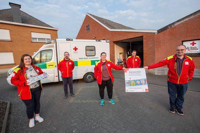 Enkele van de vrijwilligers van Rode Kruis Roosdaal die de komende weken ook te vinden zullen zijn op de verkooppunten. De ziekenwagen in de achtergrond werd aangekocht met de opbrengst van eerdere stickerverkopen.