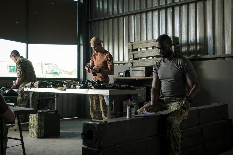 De special forces uit Commando's worden geleid door John de Koning (Werner Kolf, uiterst rechts). Beeld Avro Tors