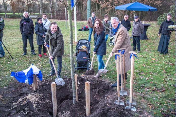 Isabel van Liere kijkt toe hoe haar ouders en burgemeester Henk Jan Meijer het eerste zand scheppen over de wortels van haar geboorteboom. Op de achtergrond staan onder anderen haar grootvader en overgrootmoeder.