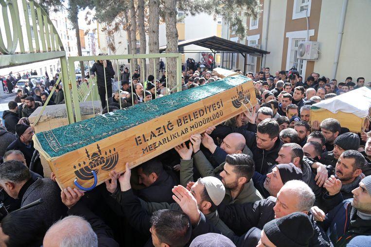 Bij een begrafenis worden slachtoffers van de aardbeving begraven.  Beeld EPA