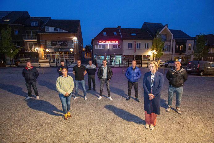 Een deel van de Liedekerkse horeca-uitbaters die zich verenigden, onder meer om duidelijk te maken dat ze een zomerbar in deze tijd niet appreciëren.