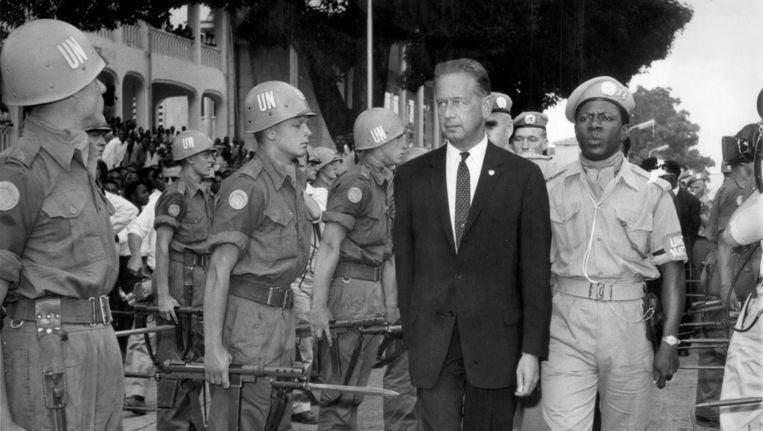 Dag Hammarskjold inspecteert in 1961 VN-troepen in Congo. Beeld ANP