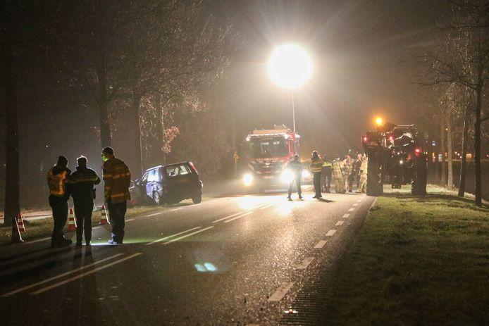 Een verkeersdode en twee zwaargewonden op de Kuinderweg. Het ging mis toen de auto een trekker (rechts op de foto) wilde inhalen.