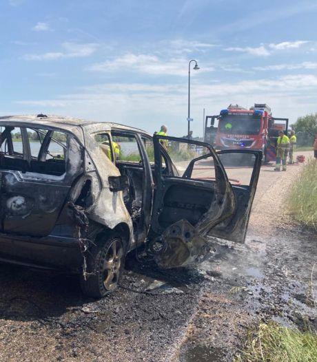 Rijdende auto vliegt plots in brand op Millingse dijk: bestuurder (43) komt met de schrik vrij
