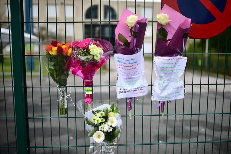 Bloemen ter nagedachtenis van de overleden leraar.