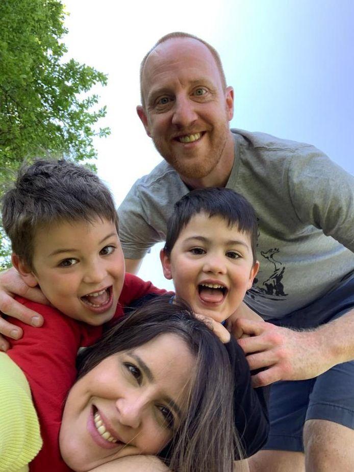 """Bas Aalbers uit Huissen (39) woont met zijn gezin sinds 2008 in Schuttrange, Luxemburg. ,,Mijn ouders, uit Huissen, konden door de reisbeperkingen niet komen."""""""