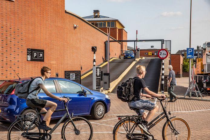 Het parkeerdek van winkelcentrum De Tuinen in Naaldwijk gaat vanaf zondag drie dagen dicht. Er wordt groot onderhoud verricht aan de hellingbaan en de parkeergarage.