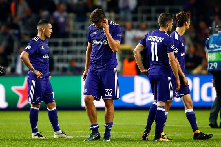 Teleurgestelde gezichten bij Anderlecht, na de verloren Champions League-wedstrijd tegen Celtic. Beeld Photo News