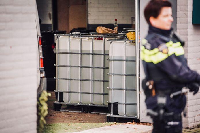 In een Helmondse loods vond de politie 32 kilo 'miauwmiauw' en daarnaast twintig 1000-litervaten met GBL, een soort GBH.