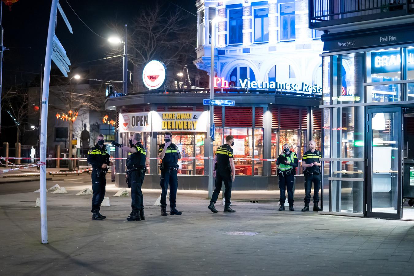 Op de hoek van de West-Kruiskade en het Kruisplein in het centrum van Rotterdam is een tiener dinsdagavond neergestoken.
