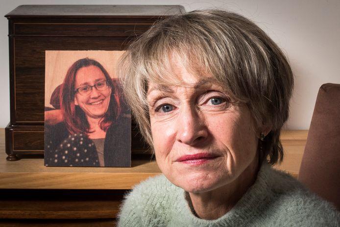 Heleen Weber met foto op achtergrond dochter die euthanasie kreeg