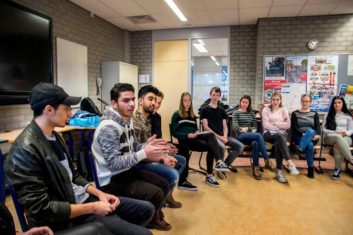 De vluchtelingen op hun praatstoel in de klas.