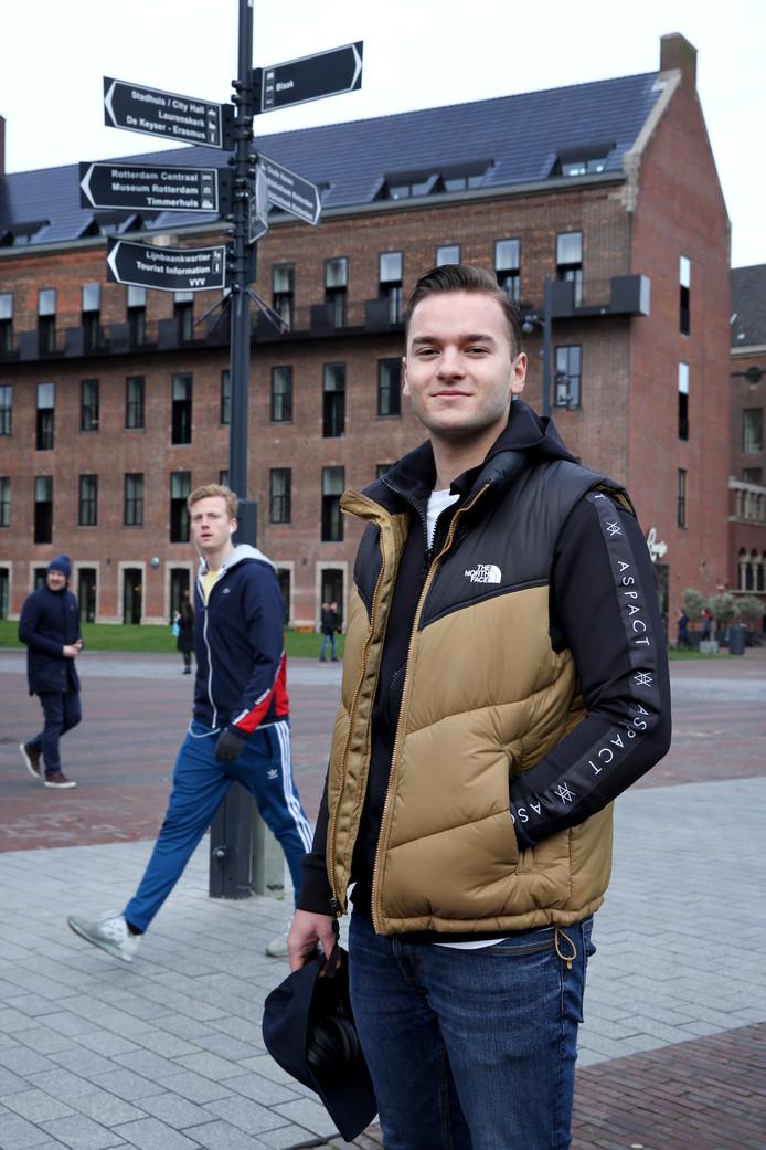 Rotterdam kent Aron Leevi Thrastarson nog niet goed. Hij staat het meeste van de tijd in de keuken. De architectuur waardeert hij wel.