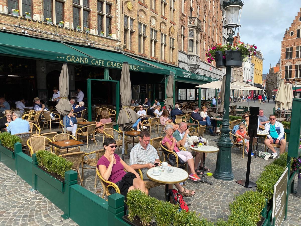 Op de Markt, hier café Craenenburg, is het normaal gezien ongebreideld genieten van het zicht. (archiefbeeld)